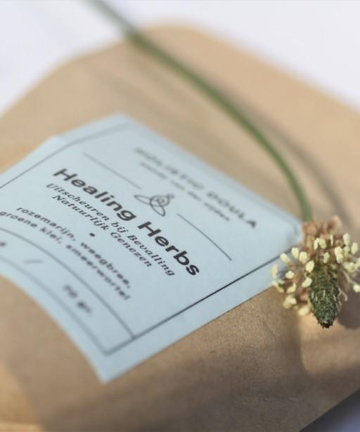 Deze poeder met o.a. weegbree, groene klei en rozemarijn zit in de luxe kraampakketten van Dalalou.